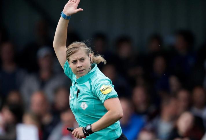Lizzy van der Helm fluit wedstrijd tegen Nederlands dovenelftal